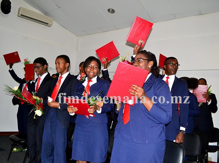 Graduados após receberem os certificados