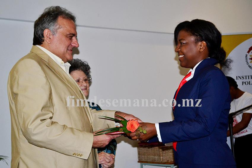 Momento de entrega do certificado a uma graduada