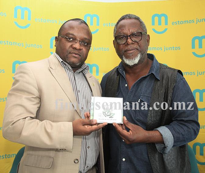 Administrador Comercial da mcel Cláudio Chiche e José Mucavele a exibir o novo trabalho do músico