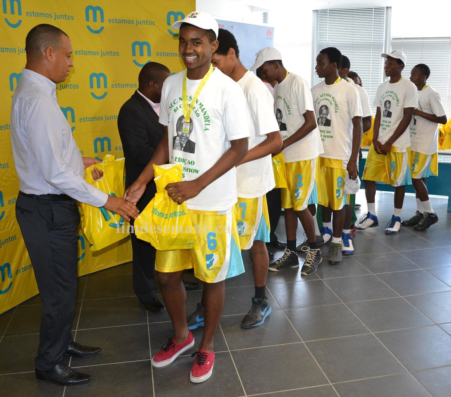 Altetas da Escola Secundária Nelson Mandela Campeã em masculinos recebendo os prémios