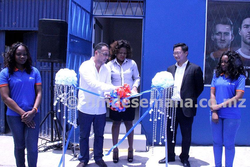 Corte da fita na inauguração da loja da StarTimes na Matola