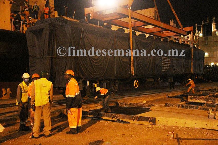 Descarregamento de uma das carruagens no Porto de Maputo