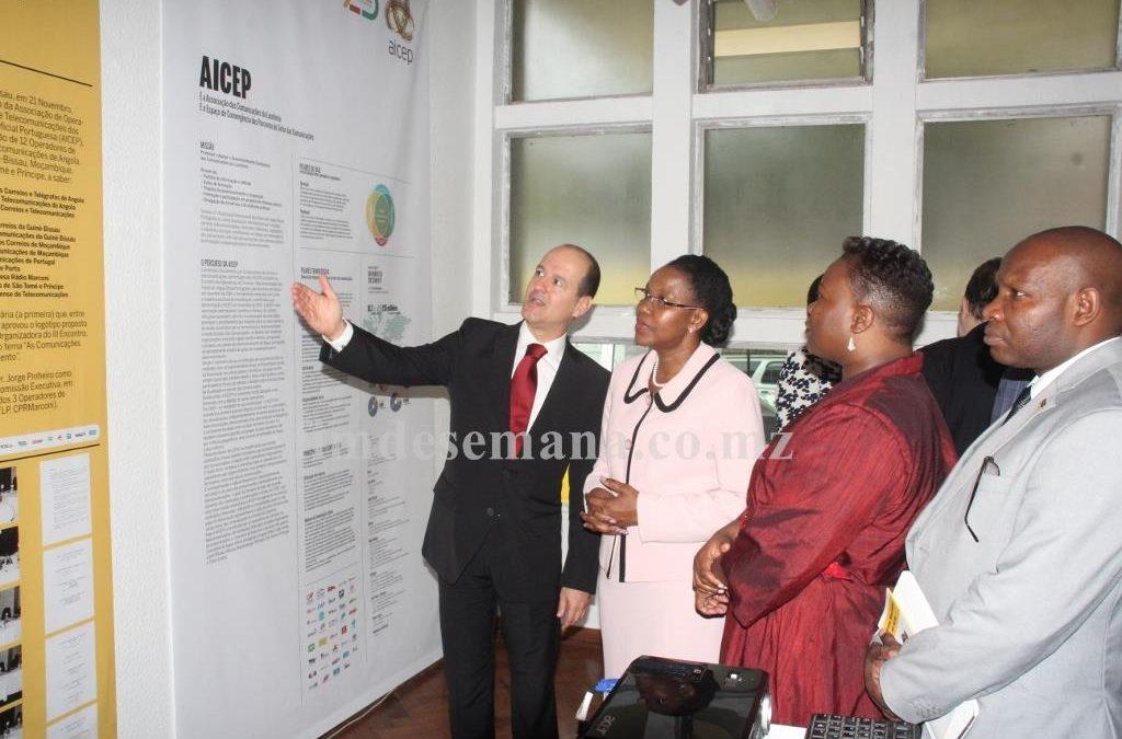 Dirigentes da AICEP e a vice ministra da Cultura e Turismo contemplando materiais expostos