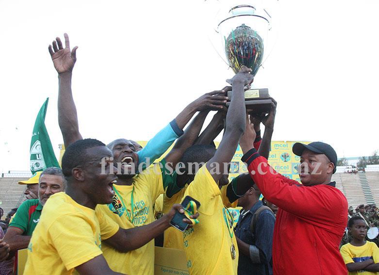 Entrega da taça à equipa da Liga Desportiva de Maputo vencedora da edição 2015 da Taça Moçambique mcel