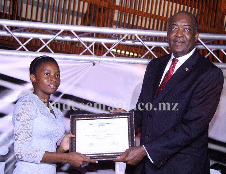 Entrega do certificado a uma das melhores alunas