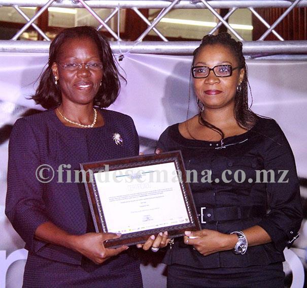 Entrega do certificado de mérito ao Standard Bank como parceiro da CADE