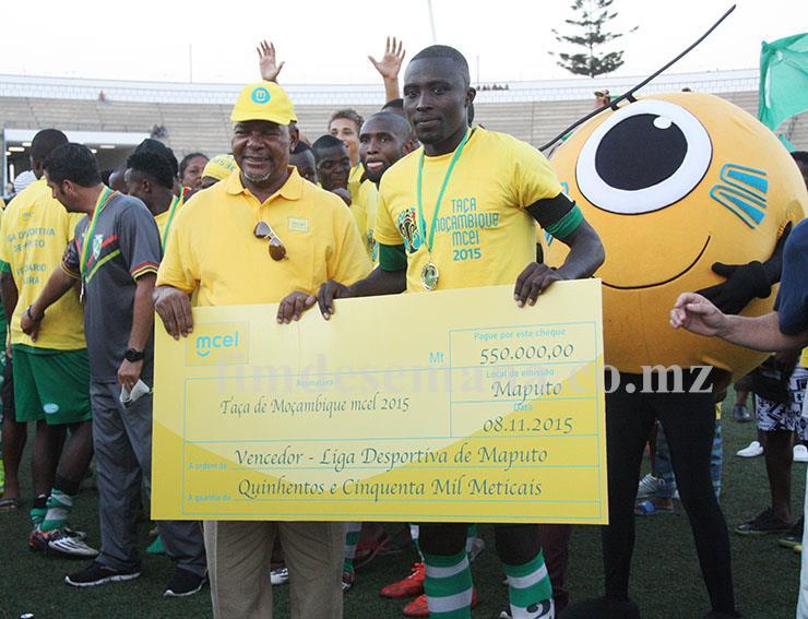 Entrega do cheque gigante pelo PCA da mcel à equipa da Liga Desportiva de Maputo vencedora da edição 2015 da Taça Moçambique mcel