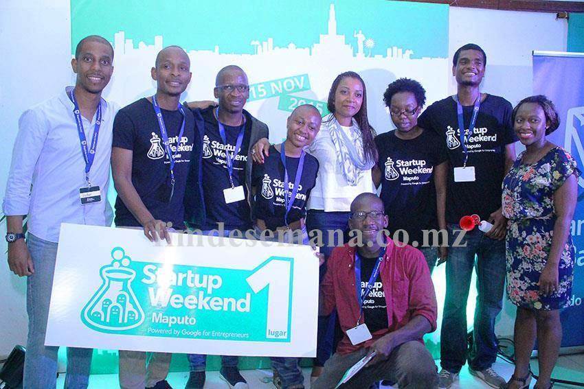 Equipe vencedora entre alguns membros do painel de juri