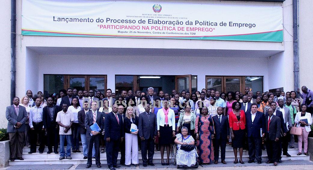 Foto de família na cerimónia de lançamento do processo de elaboração da política de emprego