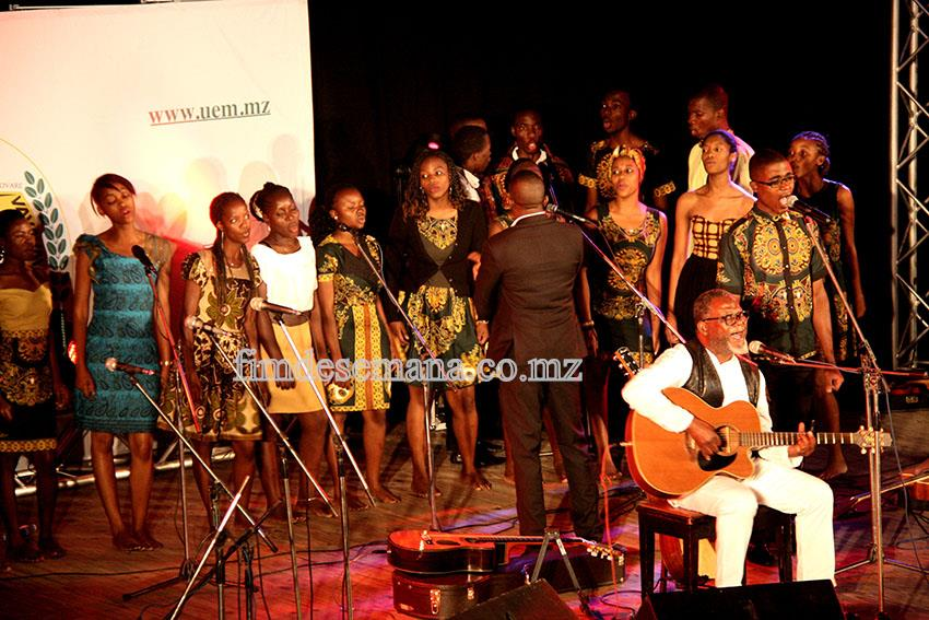 Grupo coral da UEM durante o lançamento oficial do CD do músico José Mucavele