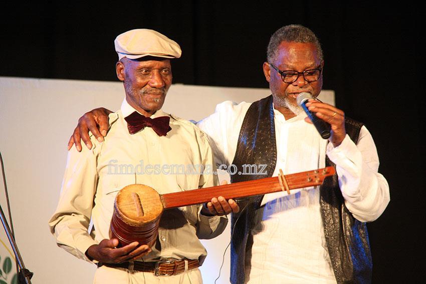 José Mucavele e Professor Warila no show de lançamento oficial do CD