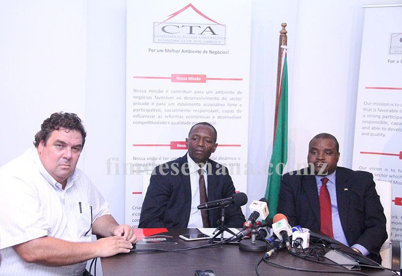 Mesa que presidiu à Conferência de Imprensa sobre Conjuntura Económica