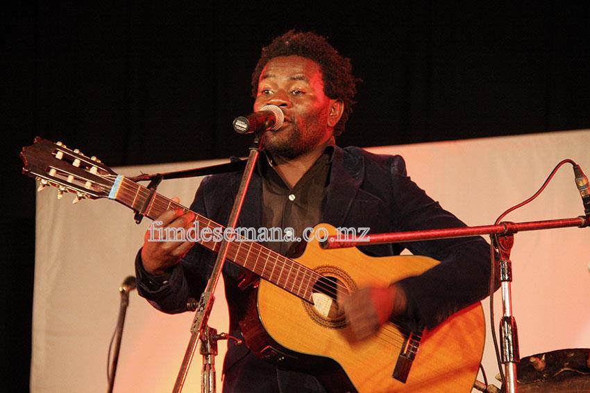 Pedro Muiambo músico convidado durante a actuação no show de lançamento oficial do CD de José Mucavele