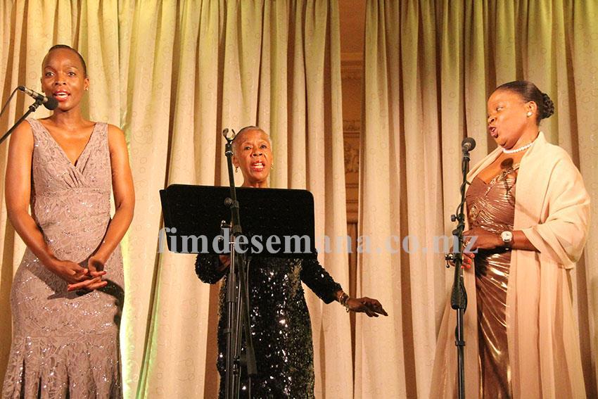 Sonia Mucumbi Sandy Patton e Stella Mendonça durante a actuação na Gala