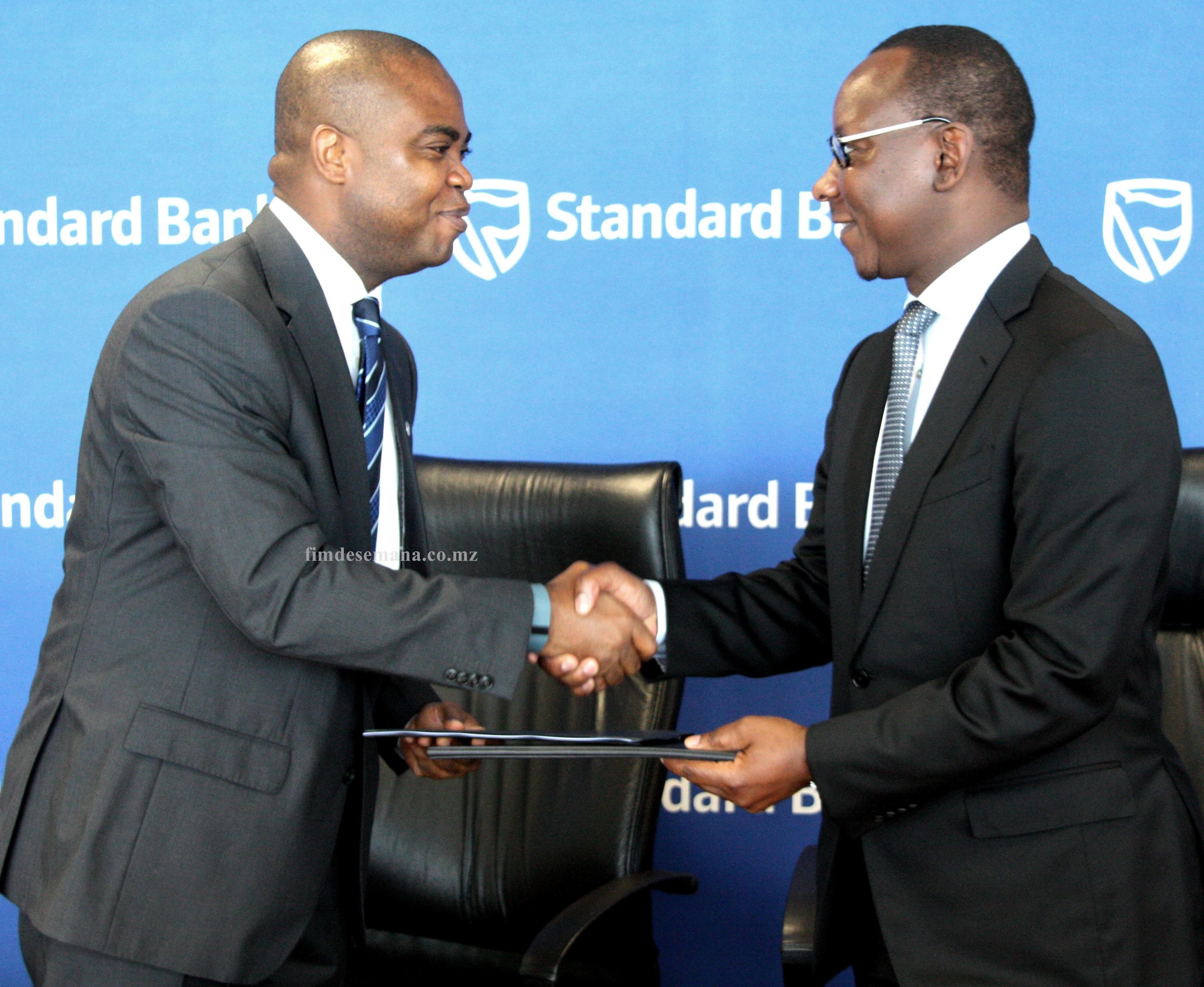 Troca de pastas após a assinatura do Memorando de Entedimento entre Standard Bank e S Live