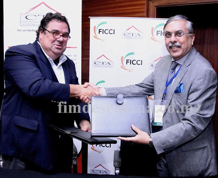 Troca de pastas após assinatura do memorando de entendimento entre a Federação das Câmaras Indianas de Comércio e Indústria e a CTA