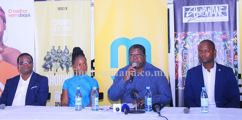 Mesa que presidiu a conferência de imprensa sobre o lançamento novo álbum da banda Ghorwane