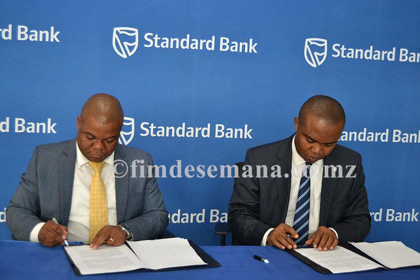 Acto de assinatura do contrato de patrocínio entre o Standard Bank e a Liga Moçambicana de Futebol