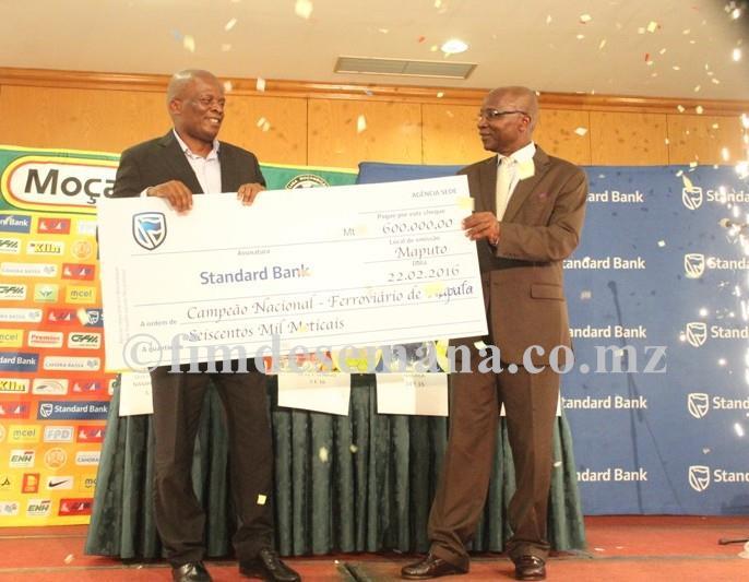 Acto de entrega do cheque ao Presidente do Clube Ferroviário de Maputo equipe vencedora da edição 2015 do Moçambola pelo PCA do Standard Bank