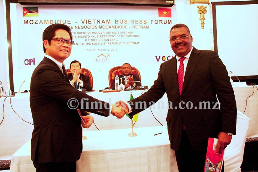 Aperto de mão após a assinatura do memorando de cooperação institucional entre a CTA e VCCI