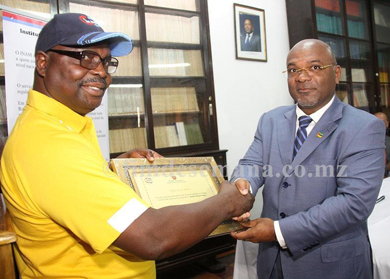 Entrega de diploma de honra a um dos funcionários reformados