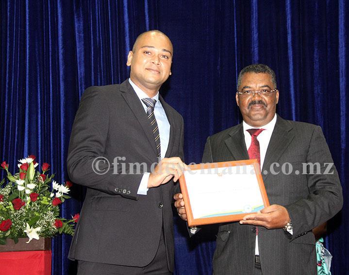 Entrega do certificado ao representante da Odebrecht