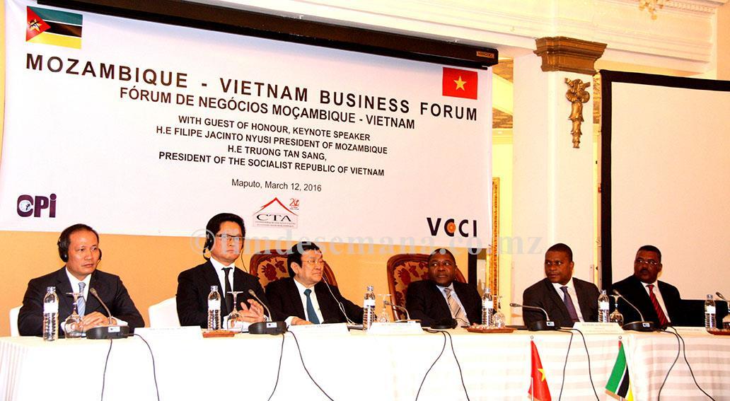 Mesa que presidiu o Fórum de Negócios Moçambique Vietname