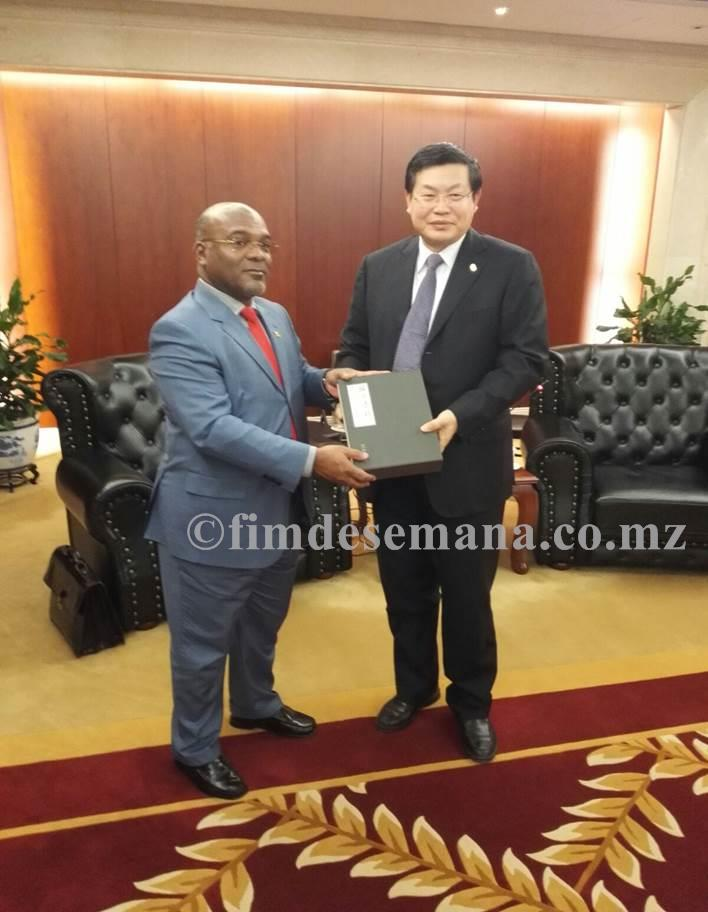 Ministro dos Transportes e Comunicações ao lado do presidente do Exim Bank da China 1