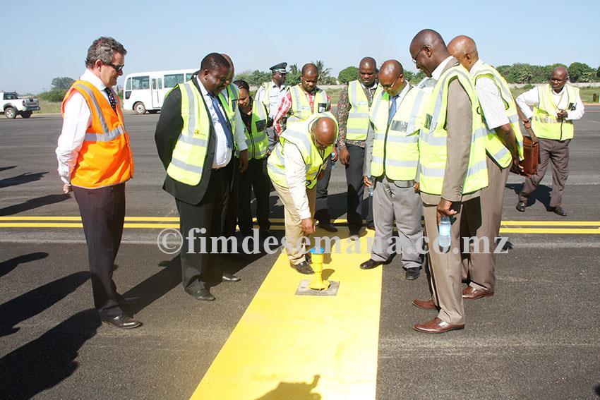 Visita do Ministro dos Transportes e Comunicações às obras de reabilitação da pista dos Aeroportos de Maputo