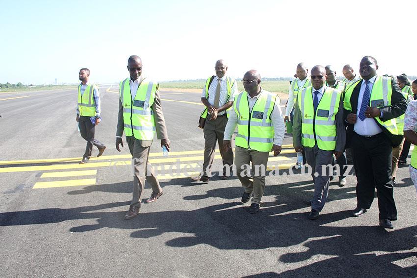 Visita do Ministro dos Transportes e Comunicações às obras de reabilitação da pista dos Aeroportos de Maputo 1