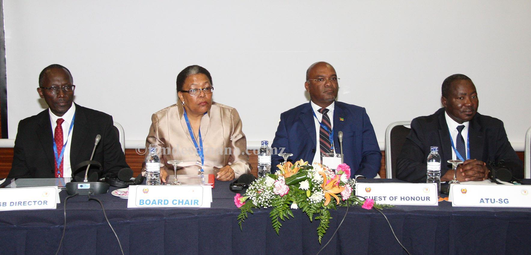 Mesa que presidiu a segunda Reunião da União Africana de Telecomunicações
