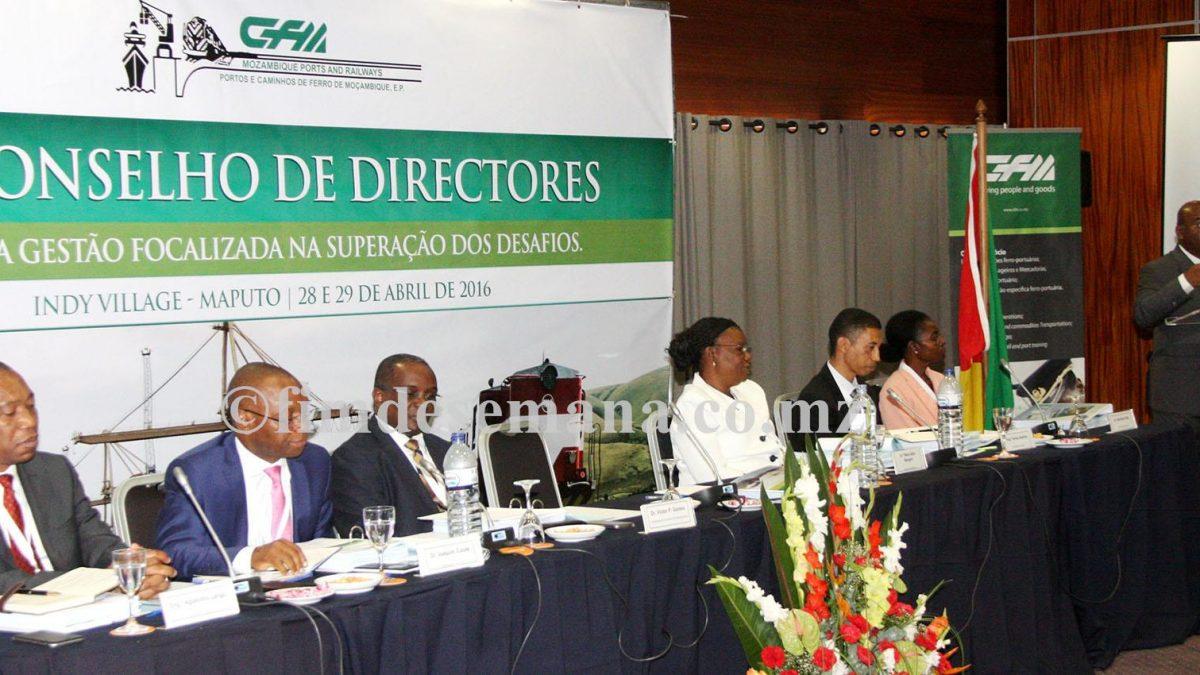 Mesa que presidiu o XX Conselho de Directores da empresa CFM