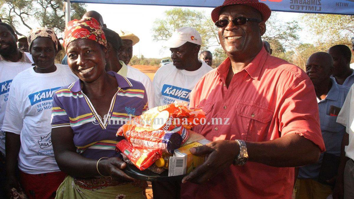 Oferta das cesta básicas a uma das beneficiárias do distrito de Magude