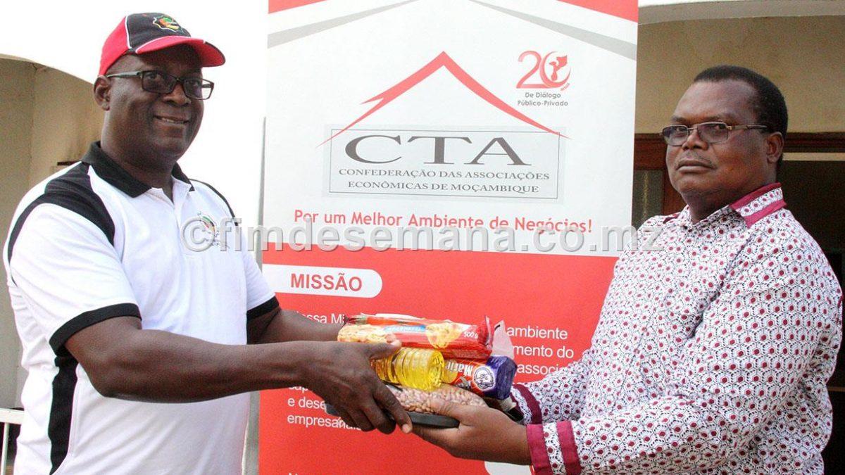 Entrega simbólica das cestas básicas ao Administrador do distrito da Moamba