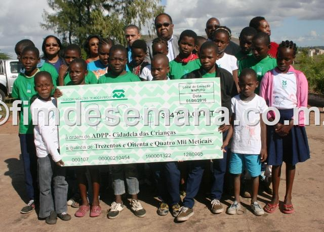 Alunos da Escola Comunitária ADPP Cidadela das Crianças exibindo o cheque