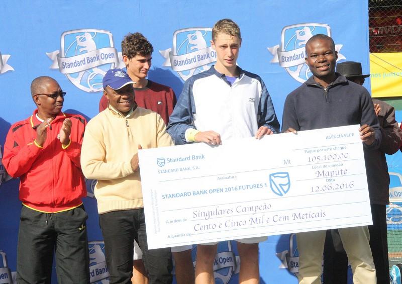 Entrega do cheque ao vencedor do primeiro Future Standard Bank Open 2016
