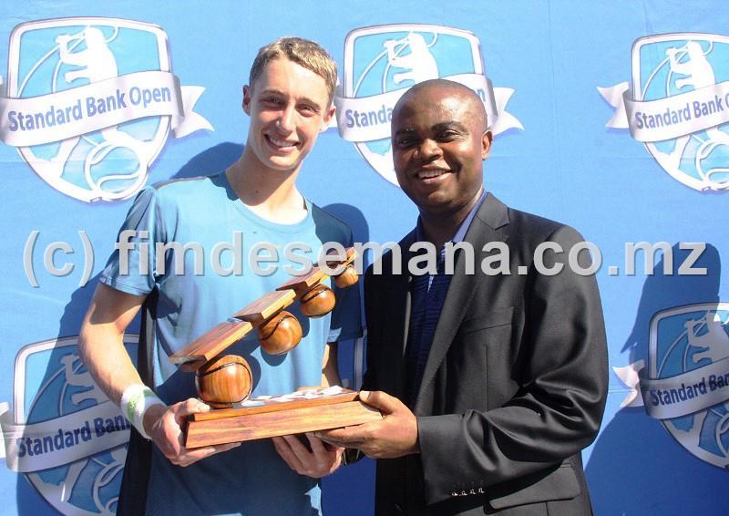 Entrega do troféu ao tenista australiano Marc Polmans vencedor do 1º e 2º Future do Standard Bank Open pelo Administrador Delegado do Standard Bank