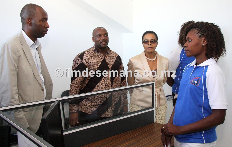 Manuela Rebelo Vice Ministra dos Transportes e Comunicaçoes visitando as instalaçoes da COOTRAC
