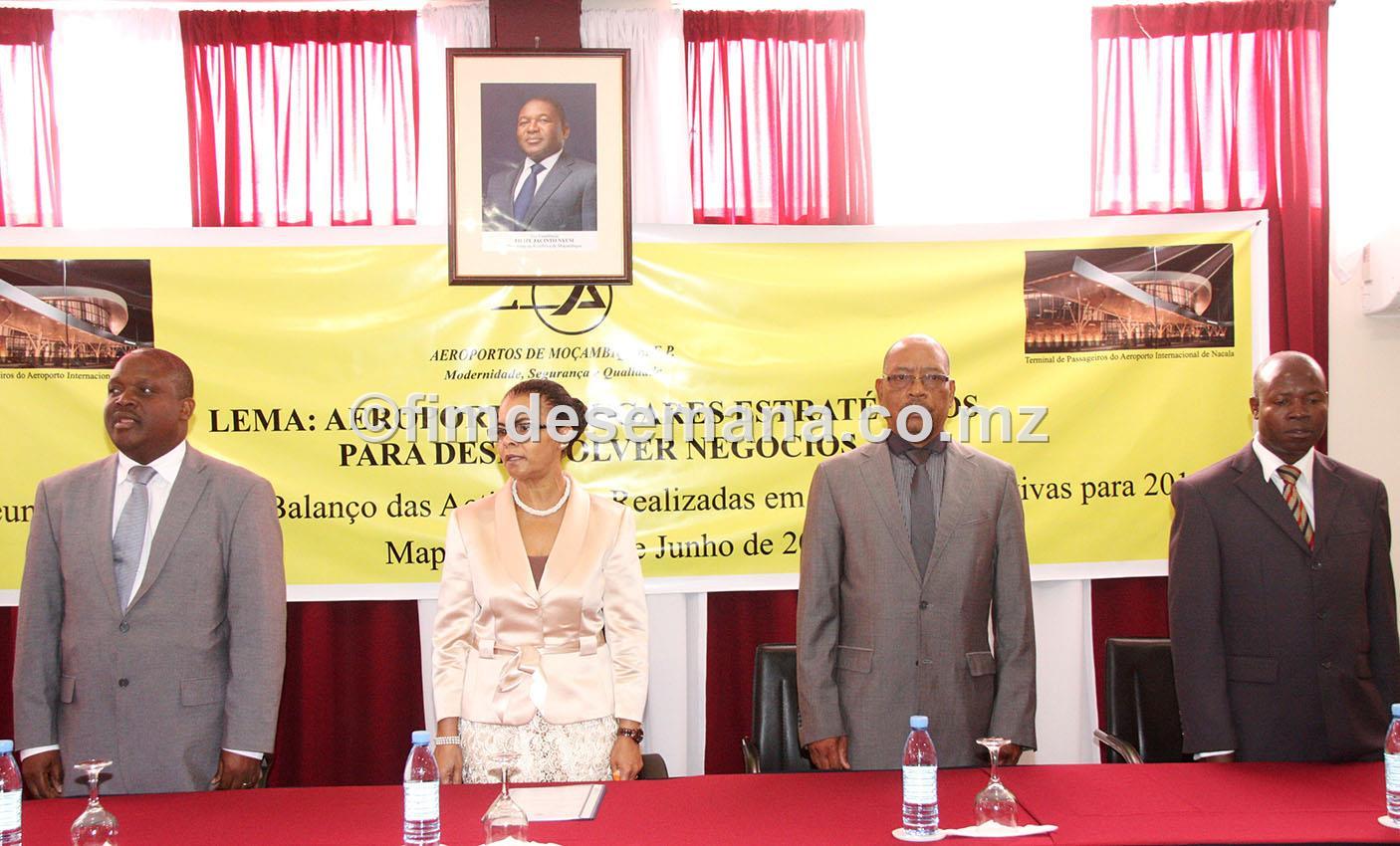 Mesa que presidiu a Reuniao Nacional de balanço das actividades de 2015 ADM