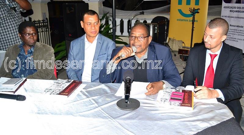 Mesa que presidiu a cerimónia de lançamento da revista literária 0