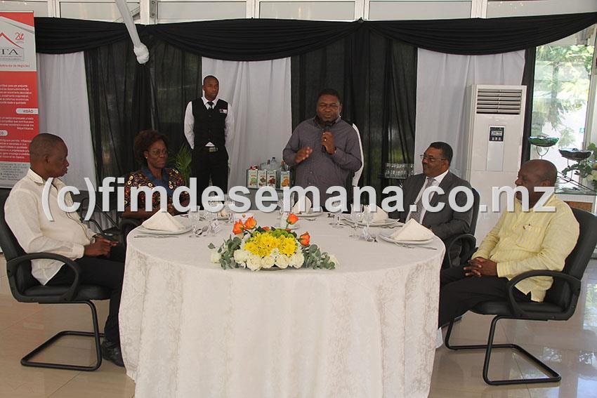 Mesa que presidiu o encontro