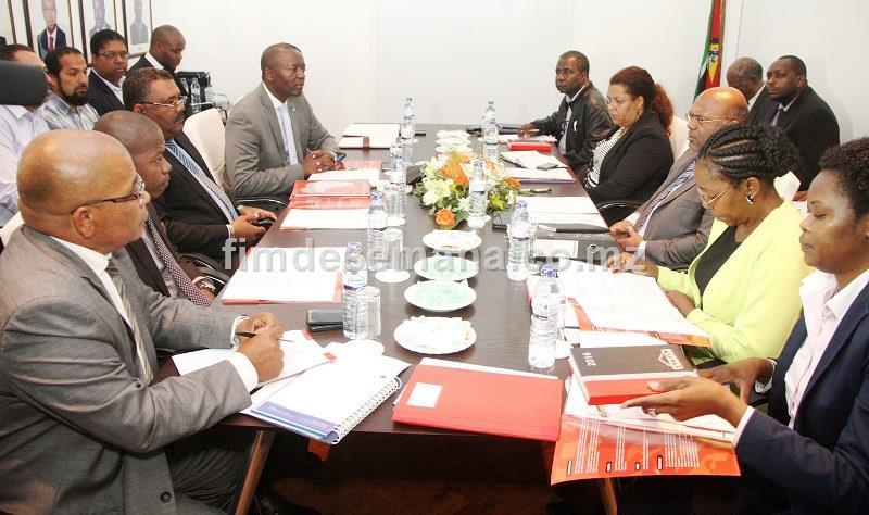 Mesa que presidiu o encontro entre o Ministro dos Transportes e Comunicações e a CTA