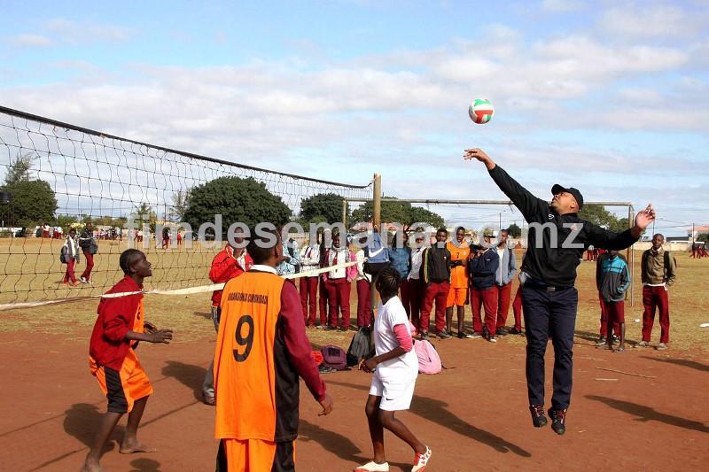 Ministro da Juventude e Desportos a jogar voleibol após a entrega das bolas à Escola Secundária Nelson Mandela