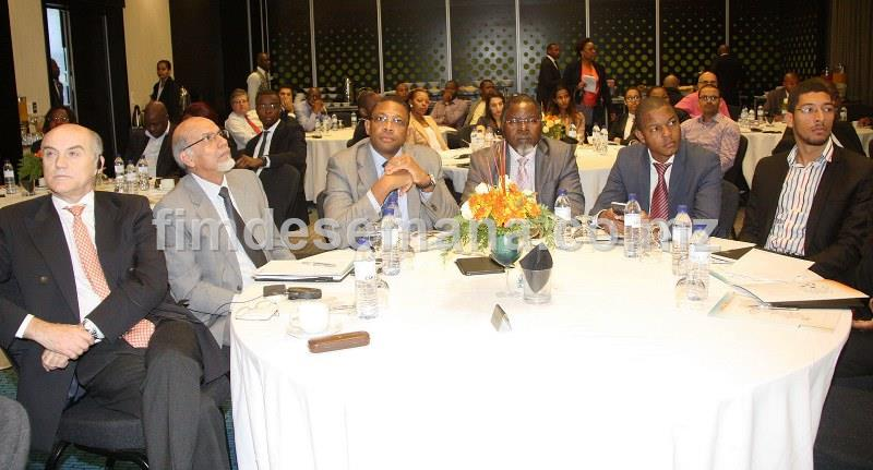 Participantes no encontro sobre o impacto da bancarizaçao na colecta de receitas do Estado com a JUE e MCNET