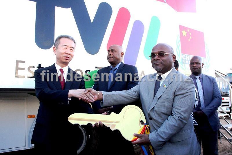 Acto de entrega da chave ao Ministro dos Transportes e Comunicaçoes