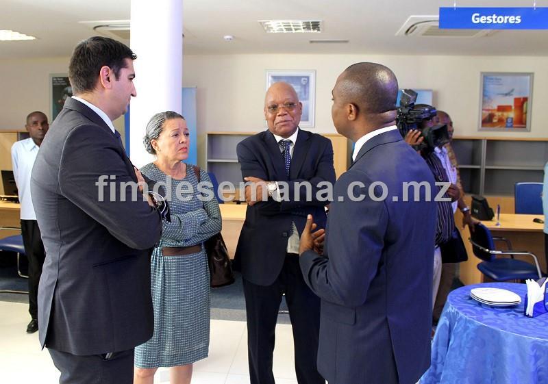 Gestores do Standard Bank no interior da nova Agência de Nacala