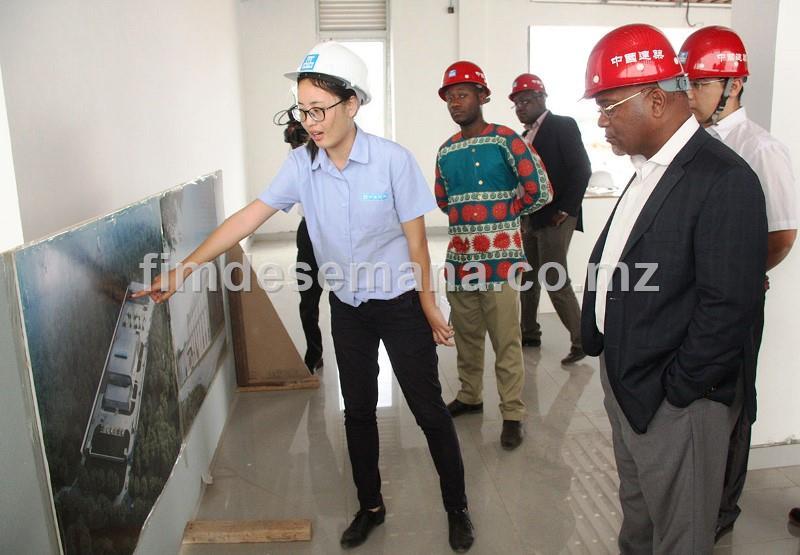 Ministro dos Transportes e Comunicações Carlos Mesquita analisa a planta da nova oficina de autom veis