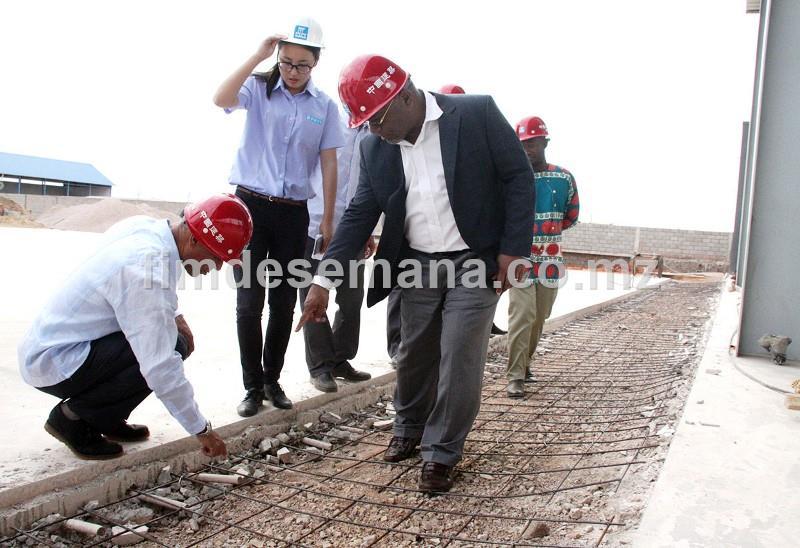 Ministro dos Transportes e Comunicações Carlos Mesquita verifica qualidade das obras da nova oficina de autom veis