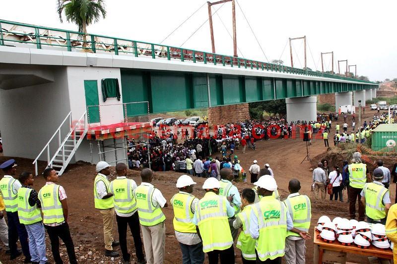 Participantes na cerimónia de inauguraçao da nova ponte ferroviária sobre Rio Umbelúzi