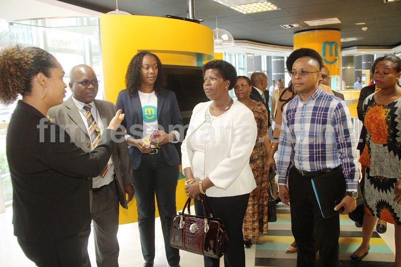 Visita à loja sede da mcel pelos deputados da Assembleia da República